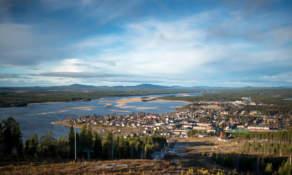 Testshot: View over Malå – ISO 200 f/2.8 1/800 sec
