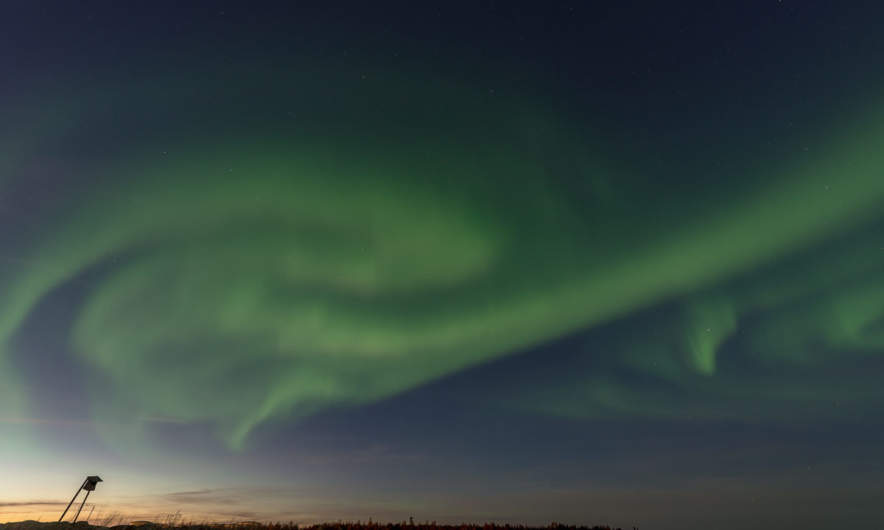 18:46 – a strong aurora vortex fills half of the sky