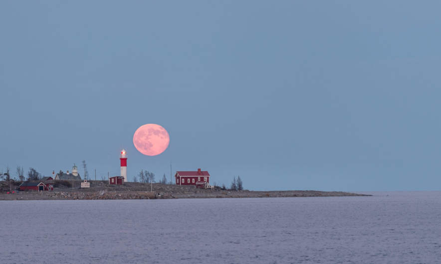Moon rise over the island Gåsören