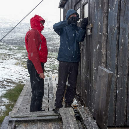 Andi (and I) fixing the toilet door in winter conditions (Photo: Katrin)