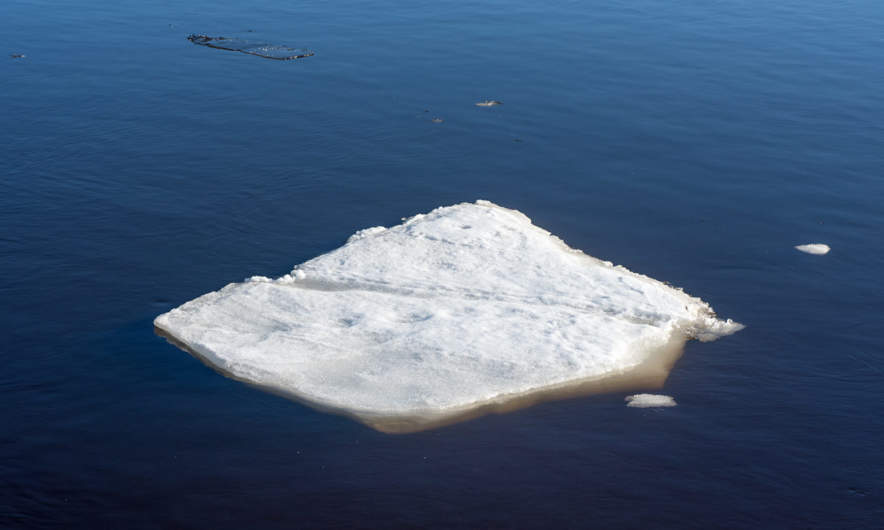 A small ice floe drifting on the Umeälven