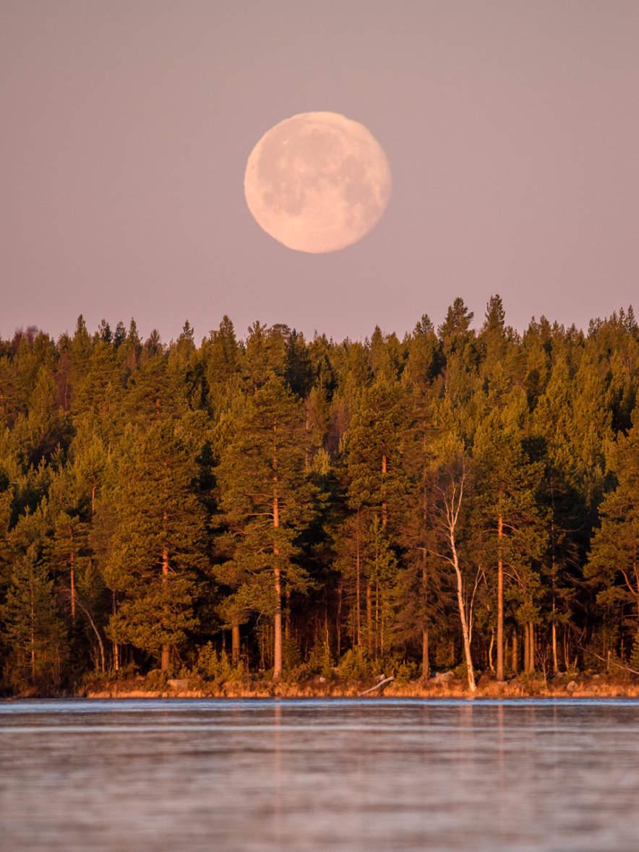 Moonset over the lake Snesviken