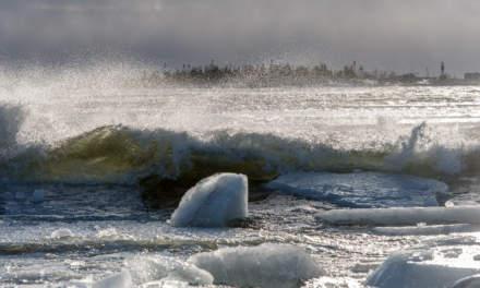 Ice, wave and the island Gåsören