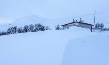 A huge snow drift im front of the main cabin at Vålåstugan