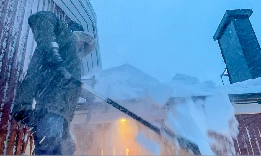 Clearing the roof (Screenshot of a movie, that Annika Kramer made)